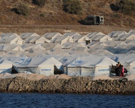 Гръцката полиция мести мигрантите във временен лагер след пожара в Лесбос