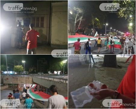 Протестиращи целят сградата на ГЕРБ в Пловдив с яйца, блокират с шествие града