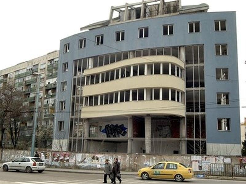 Екстремни селфита в Пловдив! Тийнейджъри насядаха върху покрива на опасен строеж