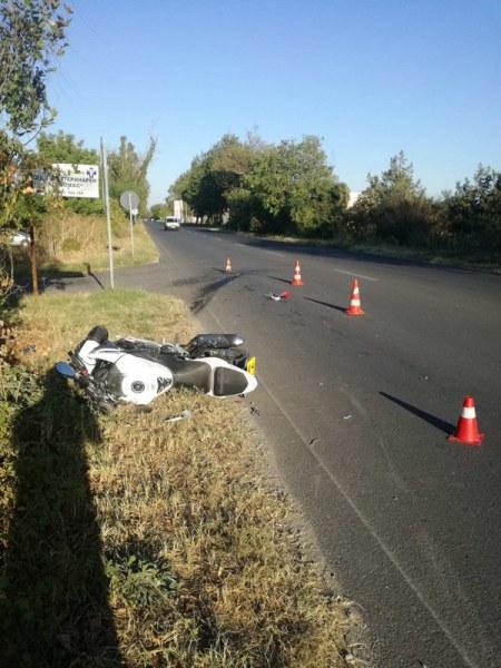 Голф блъсна моторист на Пазарджишко шосе и избяга