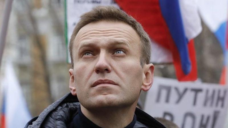 Навални е бил отровен от бутилка с вода в хотелската си стая, а не на летището