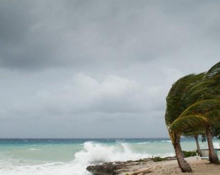 Угаранни ветрове и 10-метрови вълни връхлитат Гърция