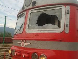 Машинист е ранен от вандали, хвърляли предмети в движение по влака