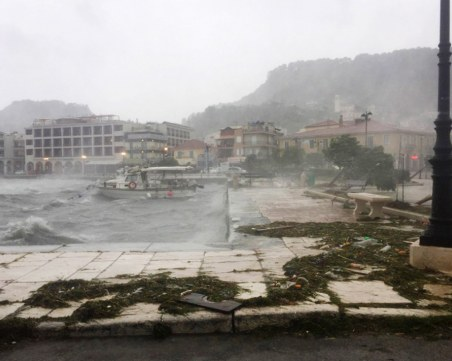 Циклонът в Гърция взе две жертви, причини щети и на имущество на българи