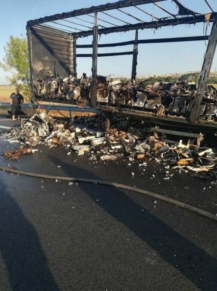 След инцидента с тир: Парчета от плочки са разпръснати по магистралата край Пловдив