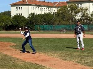 Херо Мустафа демонстрира умения по бейзбол в София