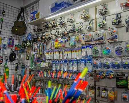 Известен магазин за рибарски пособия изгоря, НАП го хванаха с разлика в касата