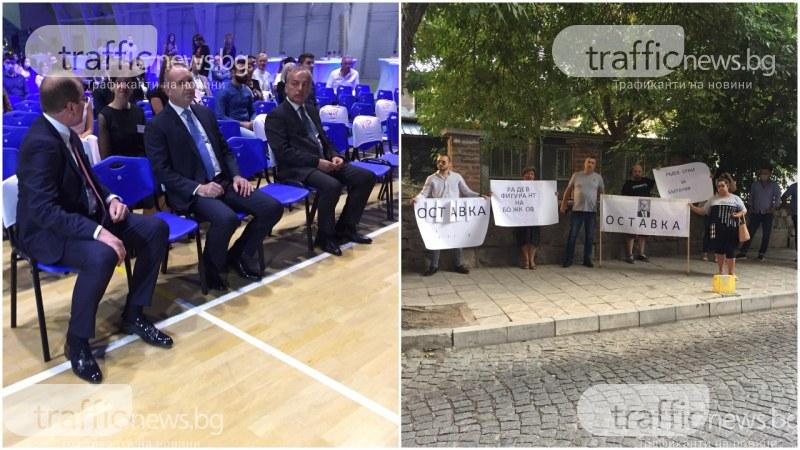 Румен Радев пристигна в Пловдив, посрещнаха го протестиращи