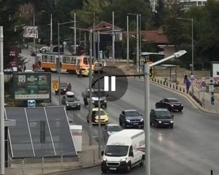 Такси се сблъска с трамвай и избухна в пламъци