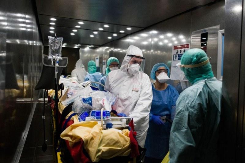 Над 1000 души с коронавирус в интензивните отделения във Франция