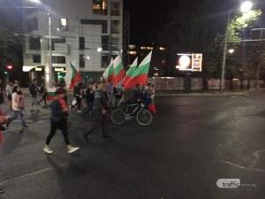 Протестът блокира центъра, пловдивчанин легна пред автобус