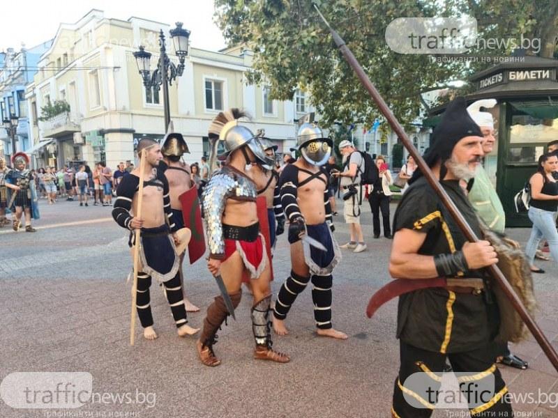 Гладиатори с марш по Главната на Пловдив преди дуелите на Римския стадион