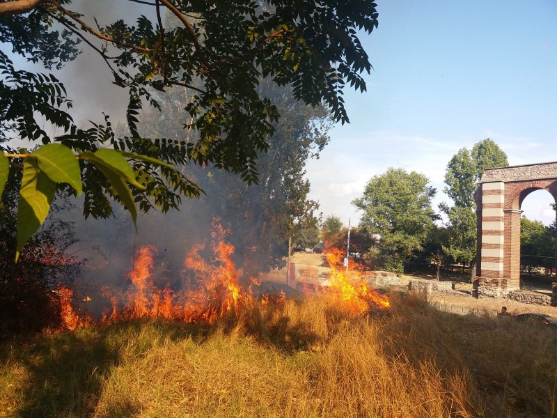 Голям пожар в Пловдив! Пламъци и гъст дим обгазиха района на Коматевския възел