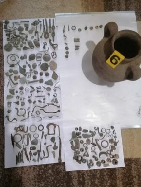 Хванаха мъж със стотици антични предмери, друг оптал да продаде револверна сабя