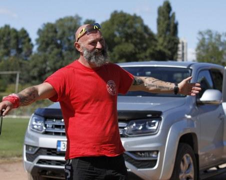 Ултрамаратонецът Краси Георгиев тегли два дни двутонен пикап
