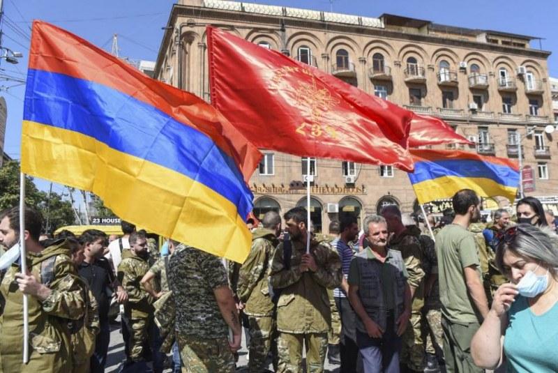 Армения и Азербайджан изкараха танкове и оръдия, обвиняват се взаимно за конфликта