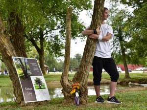 Американка счупи рекорд на Гинес за най-дълга прегръдка с ... дърво