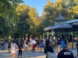 Напрежение в Пловдив! Малки скинове вилнеят в централен парк, замерят хора с яйца