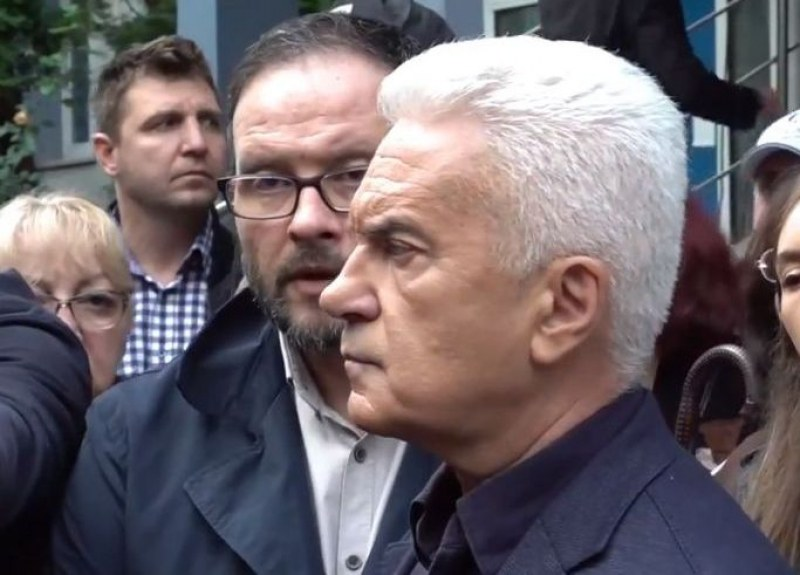 Волен Сидеров се яви в районното заради призовка по три обвинения
