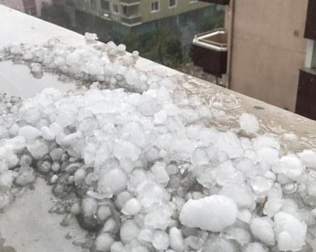 Мощна градушка и проливни дъждове удариха Истанбул