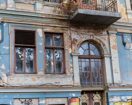 Емблематичните сгради на Пловдив тънат в разруха, умират бавно под грозните рекламни табели