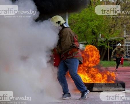 Огнеборци мерят сили в Пловдив, борят се с двуметрови пламъци край Гребната