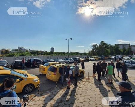 Таксиметрови шофьори в Пловдив протестират за увеличение на тарифите