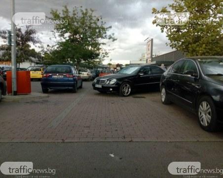 Мерцедес паркира на две места едновременно пред пловдивски хипермаркет