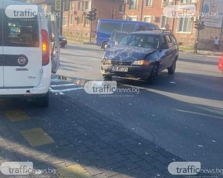 Две коли се удариха пред хипермаркет в Пазарджик, жена е пострадала