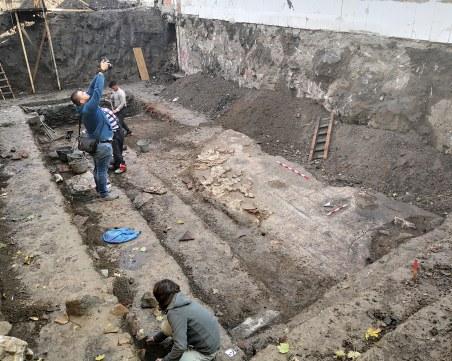 Реставратори и археолози местят безценната мозайка от частен имот на ул.