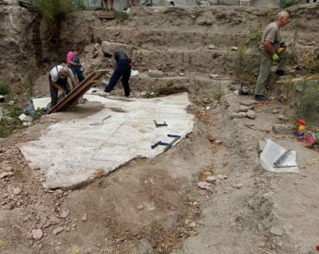 Започна демонтажът на ценна мозайка от 5-6 век в центъра на Пловдив