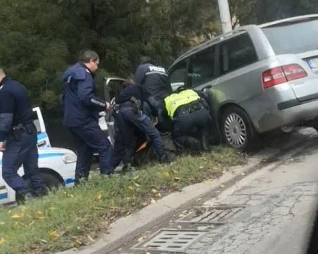 Криминално проявен със 17 висящи дела е мъжът, прегазил двама полицаи след гонката в София