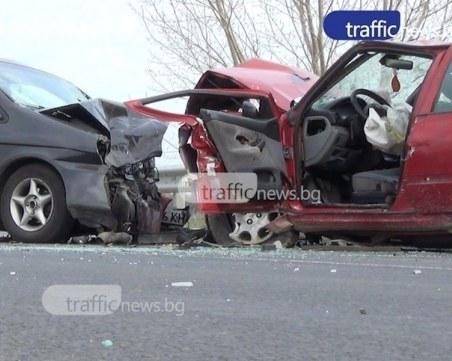 Млад шофьор се заби в насрещното в Пловдив, натресе се в друг автомобил