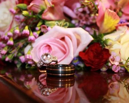 Мъж наръга съпругата си заради отказани рози и пръстен