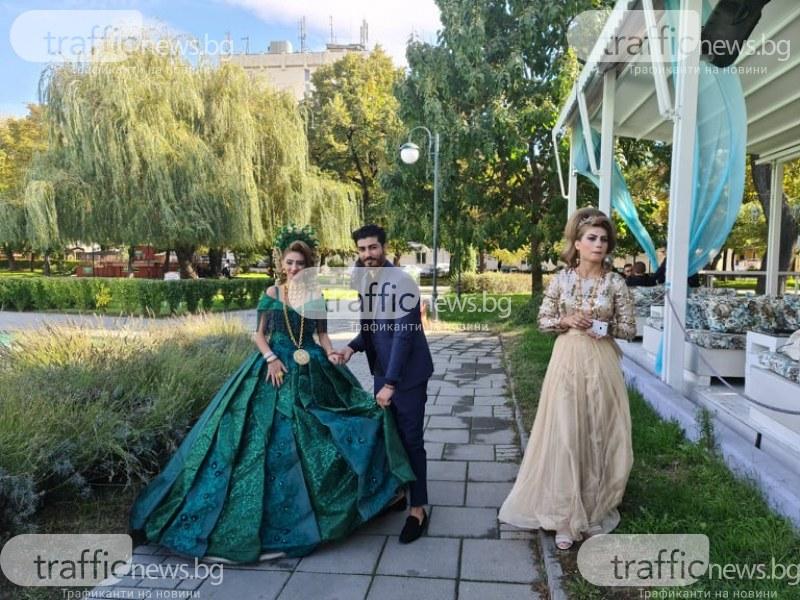 Ромска булка с пищна рокля, корона и златни накити взе акъла на пловдивчани