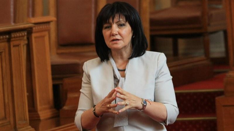 След 4 часа дебати: Караянчева остава председател на Народното събрание