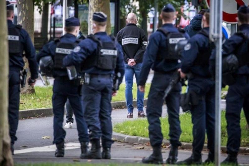 Франция почита убития преподавател