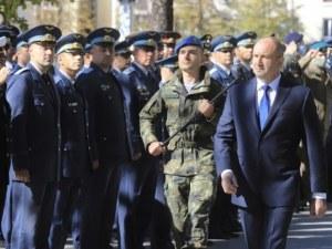 Румен Радев отдаде почит пред паметната плоча на героите парашутисти