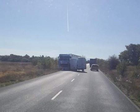 Тежка катастрофа на Карловско шосе, бус се вряза в камион