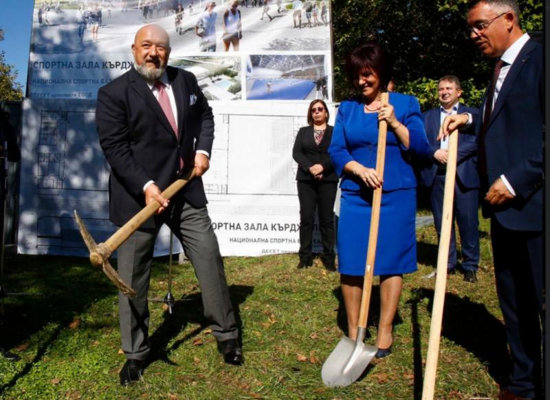 Кралев и Караянчева направиха първиха първа копка на нова спортна зала в Кърджали