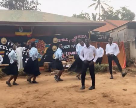 """Ентусиасти от Уганда потропват """"Тракийски танц"""" на пловдивски ансамбъл"""