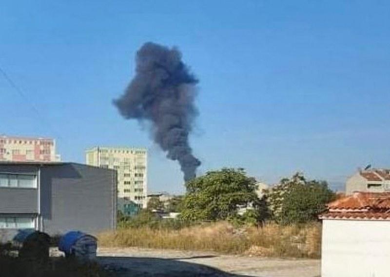 Пожар избухна в автосервиз в Карлово, две пожарни се борят с огъня