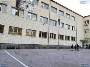 Бой в училище в Пазарджик! Две момичета се сбиха заради обиди и намеци за момчета