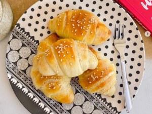 Идея за закуска: Домашни кифлички с пълнеж от пица