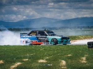 Зрелищно шоу: Мощни БМВ-та ще пилят гуми край Пловдив