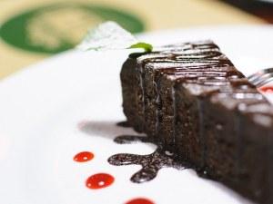 Черен шоколад и вино, опаковани в торта
