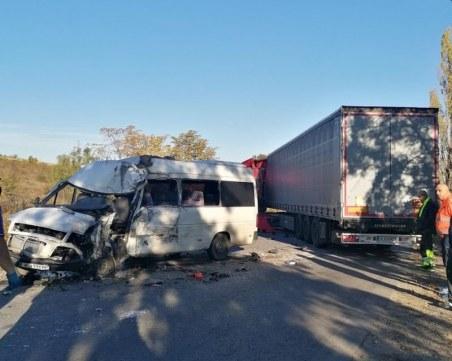 Двама загинали и петима ранени при мелето между микробус и камион