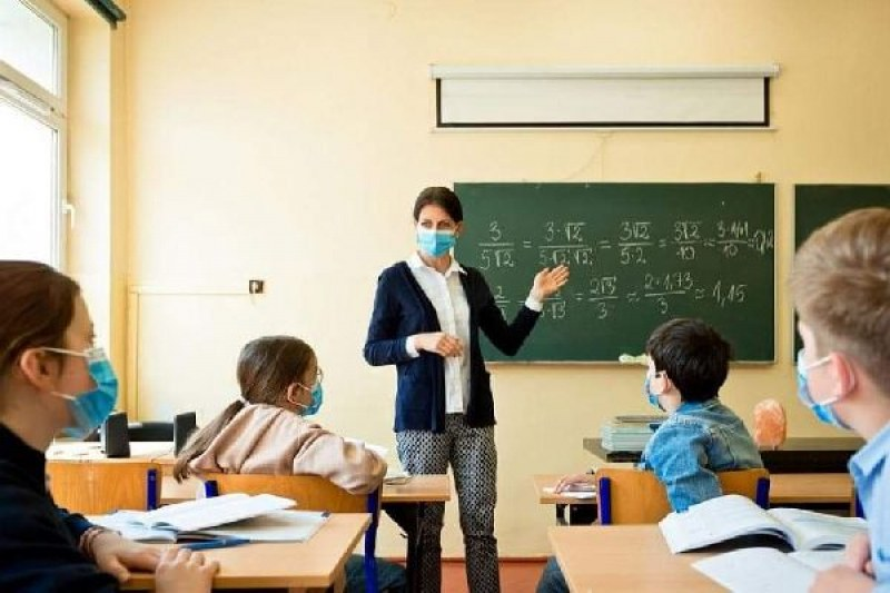 Гимназиалните класове да учат онлайн, зове обичан директор