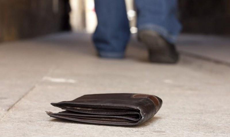 Търси се: Мъжки портфейл, изгубен на паркинг на пловдивски магазин*