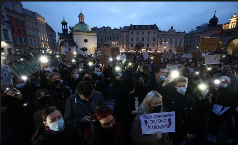 Протестите в Полша продължават, демонстранти обградиха църквите в страната